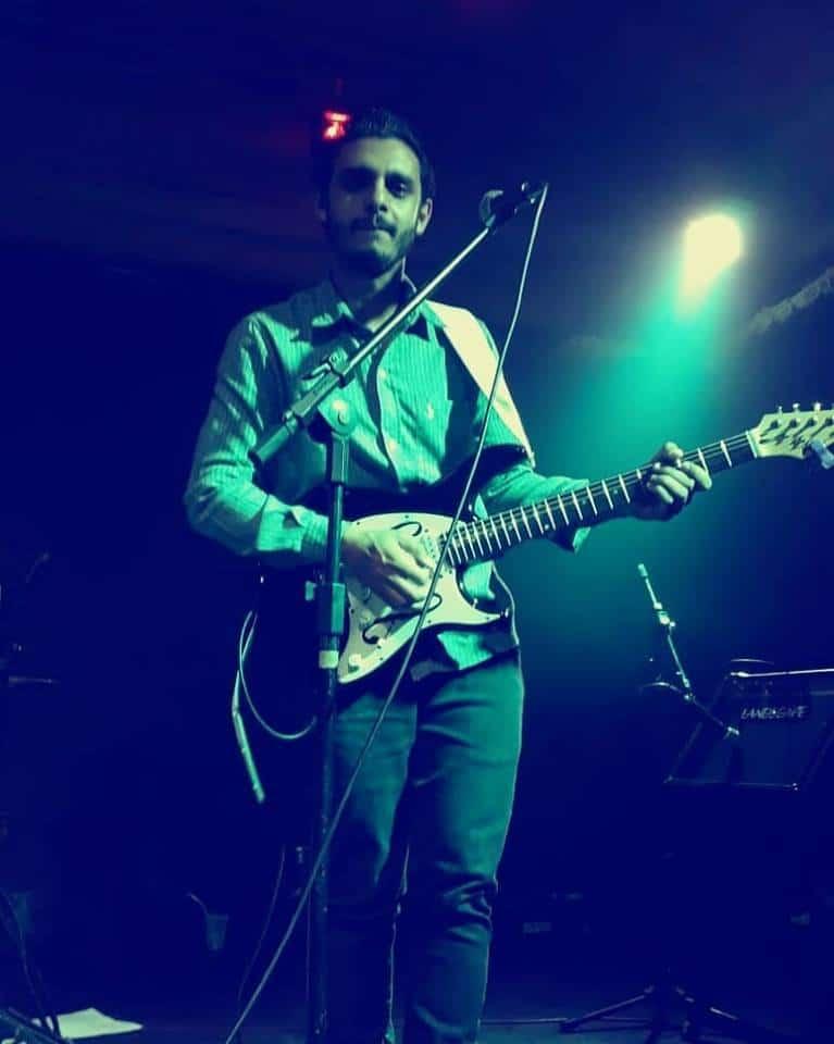Felipe tocando Guitar